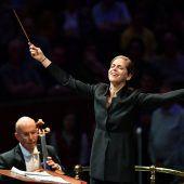 Karina Canellakis dirigiert die Wiener Symphoniker