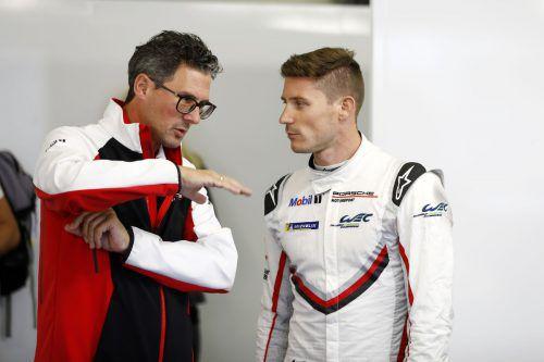 Kévin Estre (r.) mit Porsche-Motorsportchef Dr. Frank-Steffen Walliser.porsche