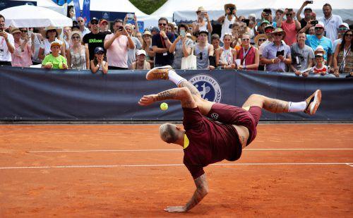 """Marko """"Akronautovic"""" bewies auch auf dem Sandplatz von Kitzbühel feines Ballgefühl, bei einer ganz speziellen Fußball-Tennis-Einlage, sehr zur Freude der Zuschauer.gepa"""