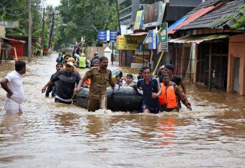 Nach den schweren Überschwemmungen in Südindien sind fast eine Million Menschen auf der Flucht. Viele sind von der Außenwelt abgeschnitten. reuters