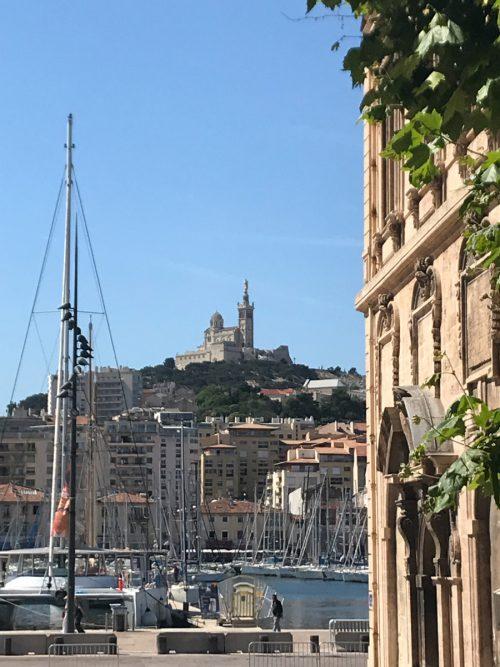 Notre Dame de la Garde wacht über der Weltstadt Marseille.