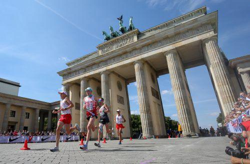 Peter Herzog (M.), Lemawork Ketema und Christian Steinhammer überraschten mit Bronze im Teambewerb des Marathons.gepa