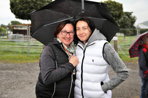 Petra und Julia waren für den Regen gerüstet.