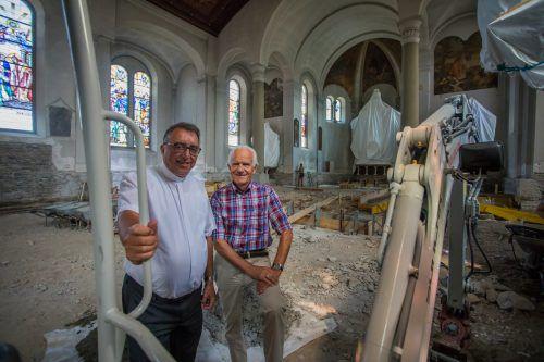 Pfarrer Werner Ludescher und Elmar Kolb, Obmann des Bauausschusses, auf der Kirchenbaustelle. Bis Ende 2019 kommt auch der alte Plattenbelag wieder hinein. VN/Steurer