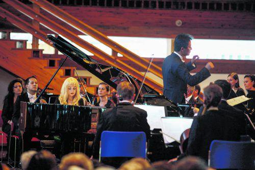 Pianistin Anastasia Huppmann mit Musikern aus dem Festivalorchester in der neuen Kirche in Lech. Lech/Zürs, Otter