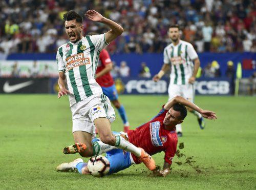 Rapids Andrei Ivan (vorne) wird von Bukarest-Spieler Romario Benzar unsanft von den Beinen geholt.apa