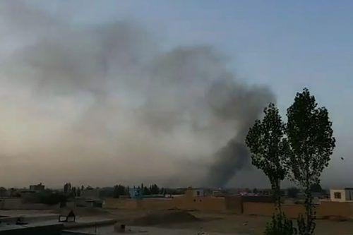 Rauch steigt über der von Taliban attackierten Provinzhauptstadt Ghazni auf. afp