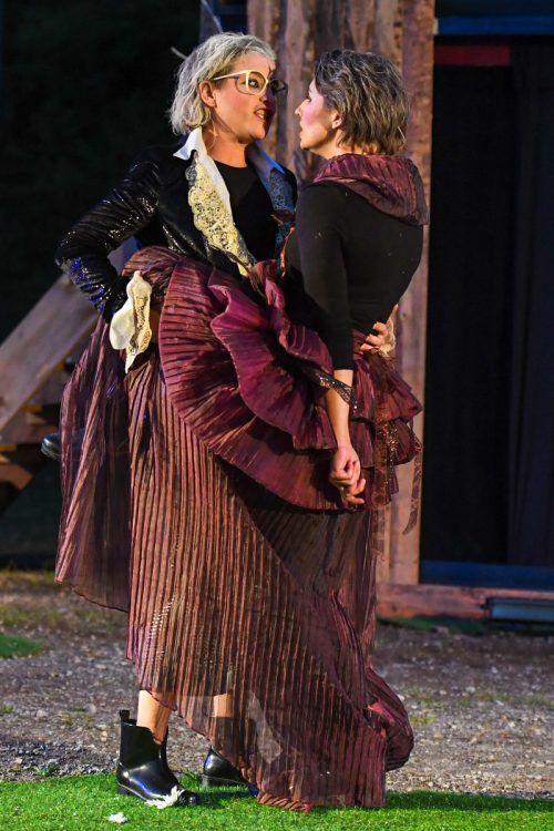 Rebecca Selle und Michaela Spänle drehen als Protagonisten auf, die gleich mehrere Rollen zu spielen haben. Lerch
