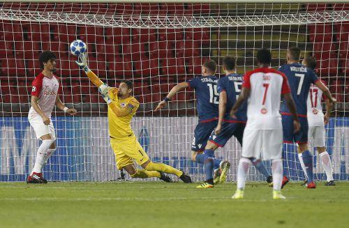 Salzburgs Torhüter Cican Stankovic muss sich ganz langmachen, um nach dem Kopfball von Milos Degenek einen Gegentreffer zu verhindern.ap