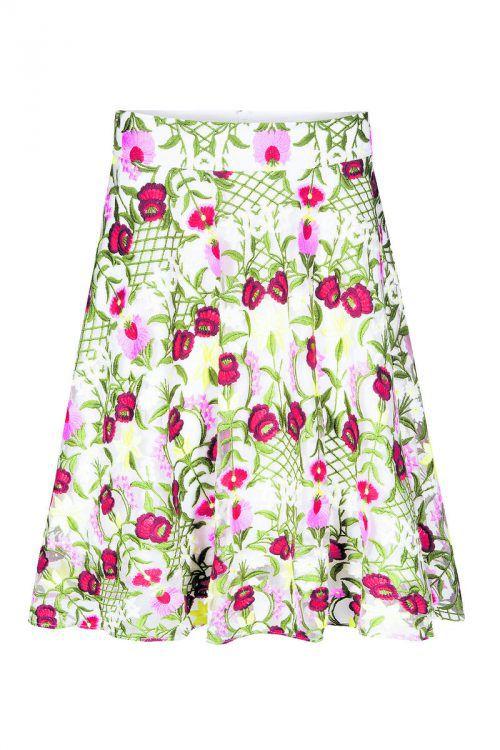 Sommerhauch             Ein farbenfrohes Muster und ein femininer Schnitt. Gesehen bei Orsay um 39,99 Euro.