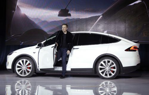 Tesla-Mastermind Elon Musk (im Bild mit Model X) hat sich mit seiner Twitter-Nachricht in eine schwierige Situation gebracht. AP