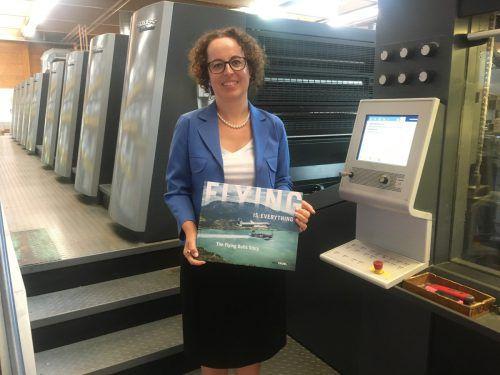 """Verbandsvorsitzende Christine Schwarz-Fuchs mit repräsentativem Bildband: """"Druckereien im Land sind spezialisiert auf hochwertige Drucksorten."""" VN/sca"""