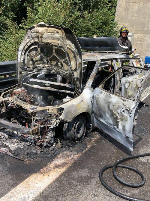 Von dem Auto der Feldkircher blieb nach dem Brand auf der Autobahn zwischen Parma und La Spezia nur noch Schrott übrig. Cittadellaspezia.com