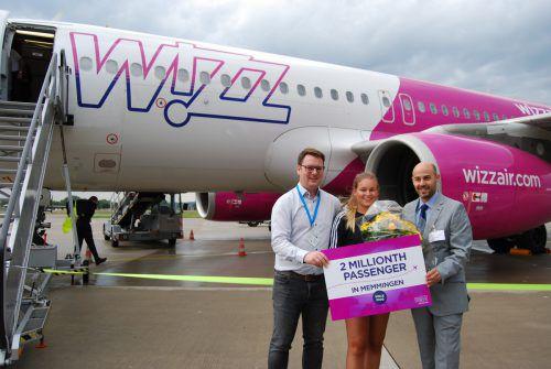 Wizz Air Sprecher Andras Rado (r.) und Flughafen-Vertriebsleiter Marcel Schütz begrüßten die Studentin Martine Pedersen aus Lochau. FHM