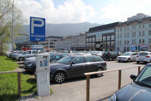 Zudem Vorfall kam es im Bereich des öffentlichen Parkplatzes. Der Täter flüchtete.