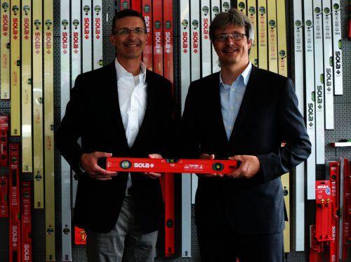 Aaron Nosek (l.), Geschäftsführer der Keson LLC, und Wolfgang Scheyer (r.), GF SOLA-Messwerkzeuge, präsentieren die Wasserwaagen für Nordamerika. Sola
