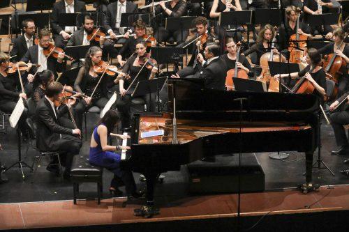 Adrian Prabava mit dem Symphonieorchester Vorarlberg und der Pianistin Claire Huangci im Feldkircher Montforthaus. SOV/Hofmeister