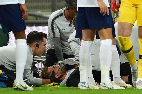 Ärzte kümmern sich noch am Platz um Englands Luke Shaw.ap