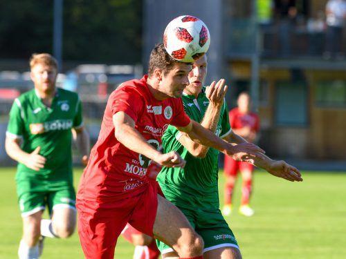 Alberschwende-Spieler Marcel Spettel (r.) gegen Dornbirns Lukas Allgäuer, der sich schon früh an den Adduktoren verletzte und ausgewechselt werden musste.
