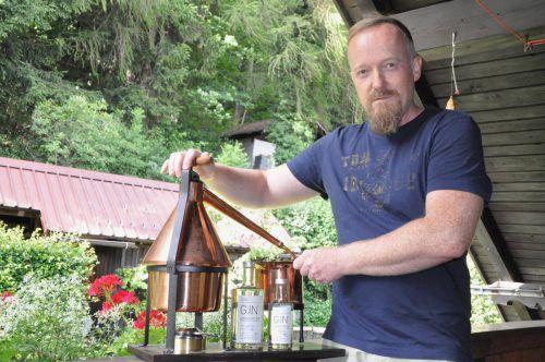 An der kleinen Destille experimentiert Thomas Wuggenig mit verschiedensten Zutaten für seinen original xiberger Gin. CM
