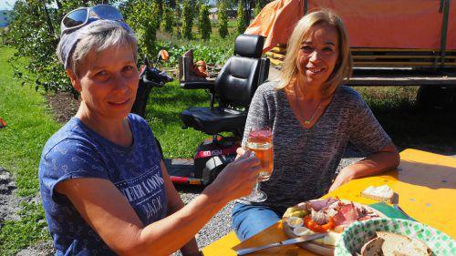 Angelika und Barbara gönnten sich ein Glas vom heimischen Most. CEG