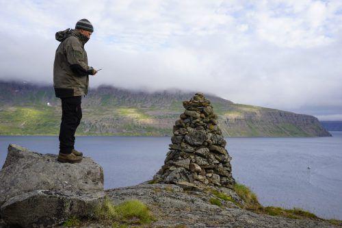 """Auf der Halbinsel Hornstrandir sind die Besucher noch ohne Internet- und Telefonverbindung unterwegs. Auf dem """"Telefonberg"""" gibt es manchmal Empfang – je nach Wetterlage. AP"""