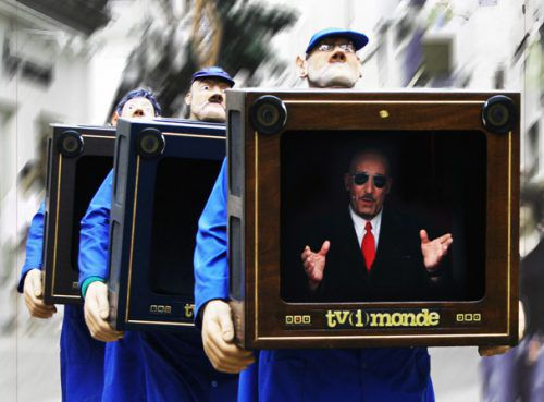 Bei der Performance von Cie les Décatalogués beobachtet das Fernsehen auch die Zuschauer. Veranstalter
