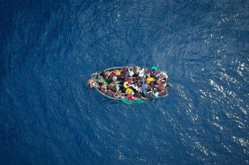 Beim EU-Gipfel in Salzburg geht es auch um Menschen, die in Booten übers Mittelmeer flüchten. afp