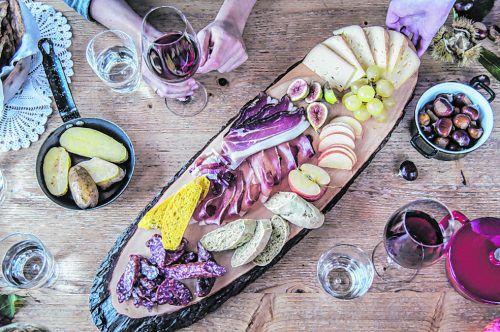 Beim Törggelen kommen viele Köstlichkeiten auf den Tisch. IDM Südtirol/trickytine