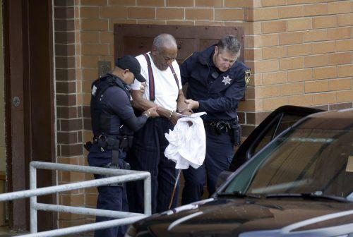 Bill Cosby wurde in Handschellen abgeführt. AP