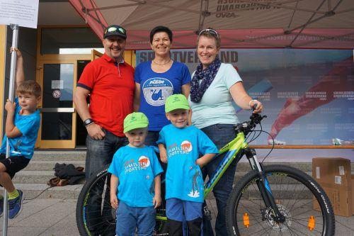 Birgit Winkler von der 2-Rad Garage Satteins (Mitte) übergab an die Gewinner der Verlosung, Familie Wanke aus Rankweil ein Kindermountainbike.