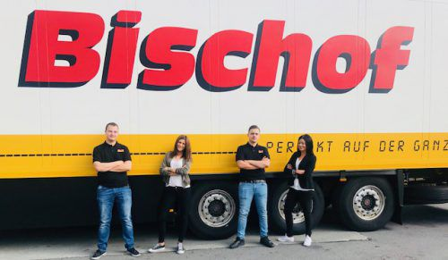 Bischof Transport Beim Lebensmittel-Logistiker starten drei Jugendliche ihre Ausbildung. Dominik Rüscher als IT-Techniker, Denise Ender als Speditionskauffrau und Dragisa Lepir als Berufskraftfahrer. Damit ist er der erste Lehrling in Vorarlberg in diesem neuen Lehrberuf (im Bild mit COO Elke Böhler).Bischof