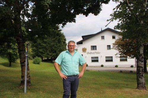 Bürgermeister Josef Kirchmann vor dem Gasthaus Adler in Langen.