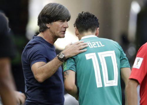 Bundestrainer Joachim Löw weilte im Trainingszentrum des FC Arsenal, um sich mit Mesut Özil auszusprechen, doch der Kontakt kam wieder nicht zustande.AFP