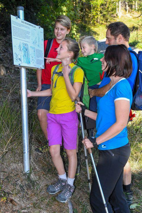 Daniel, Melanie, Leo, Papa Thomas und Mama Vera Jenni (v. l.) beim Wandern auf dem Sagenwanderweg in Schnifis. VN/Lerch