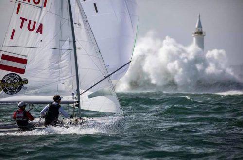 Das 470er-Duo David Bargehr und Lukas Mähr bei einer Trainingsfahrt. Zeitweise gab es Wellen mit acht bis zehn Meter Höhe im Olympiarevier Enoshima.ÖSV
