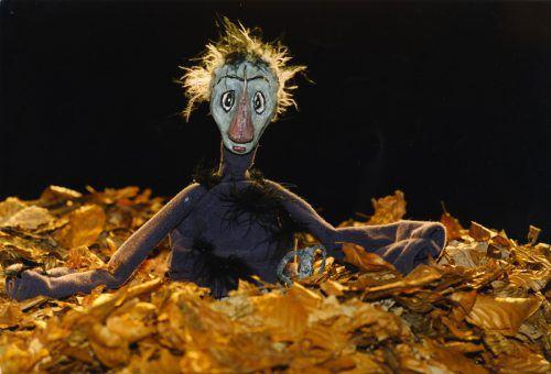 Das Entlein flieht in den Wald, weil es von seinen Geschwistern aufgrund seines Aussehens ausgegrenzt wird. Luaga und LOSNA