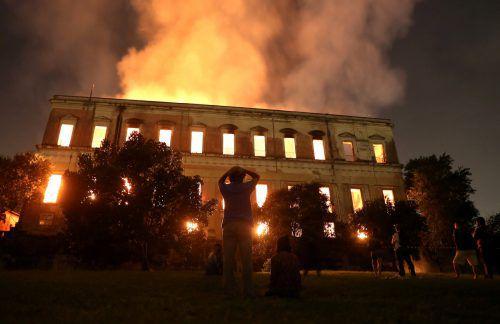 Das Feuer fraß sich durch hunderte Ausstellungsräume und vernichtete alles auf seinem Weg. Nach fünf Stunden brachte die Feuerwehr den Brand unter Kontrolle. Reuters