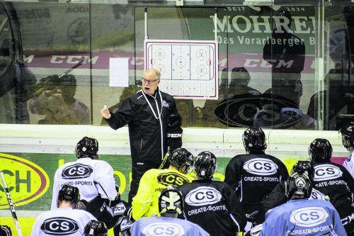 Dave MacQueen erklärt seinem Bulldogs-Team die Taktik für die beiden Auftritte in Zagreb und Villach. Margotti