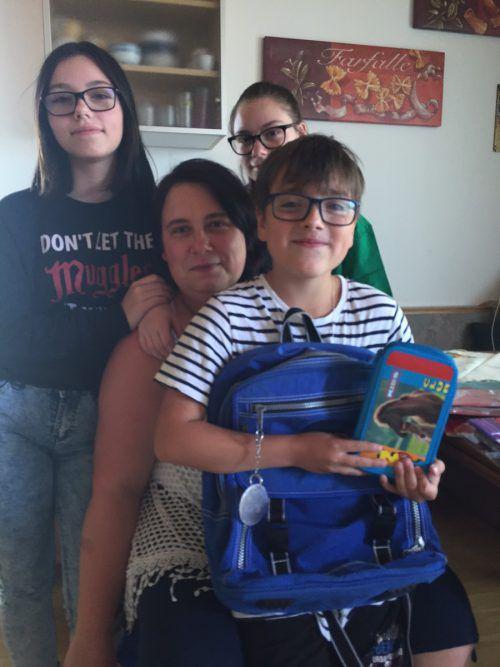 Den Schulstart meistern, auch wenn es schwer ist: Sandra Tamburello mit ihren Kindern Maria, Laura und Giuseppe. kum