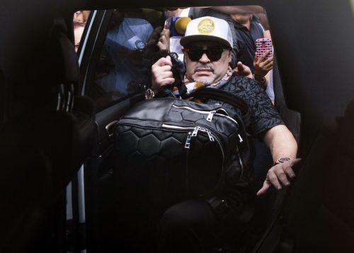 Der Argentinier Diego Maradona bei der Ankunft am Flughafen.ap