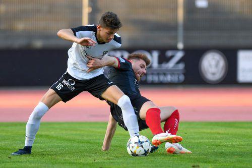 Der Bregenzer Aleksej Matinovic (links) setzt sich im Zweikampf gegen Bizaus Adem Kum durch.VN-Lerch
