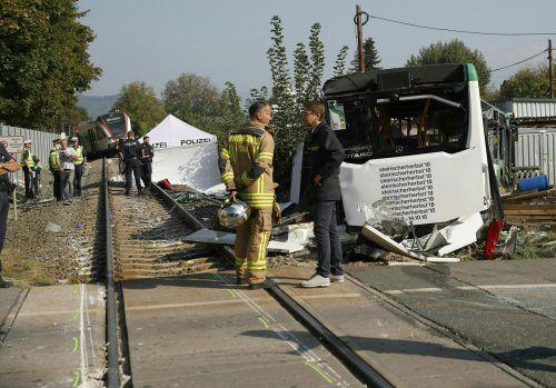 Der Bus wurde bei der Kollision zur Seite geschleudert und schwer beschädigt. APA