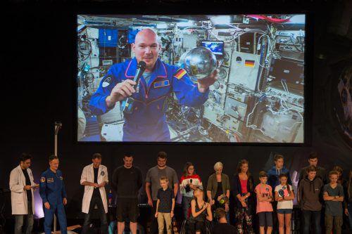 Der deutsche Astronaut Alexander Gerst hat live von der ISS Fragen von Kindern beantwortet und dabei erzählt, dass er vor allem frischen Salat vermisse.ApA