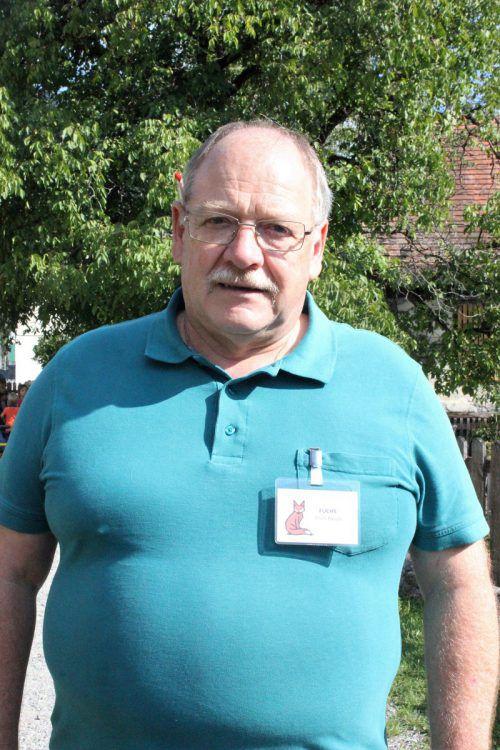 Der erfahrene Handwerker Erich Rauch gibt sein Wissen an Schüler weiter. VN/JS