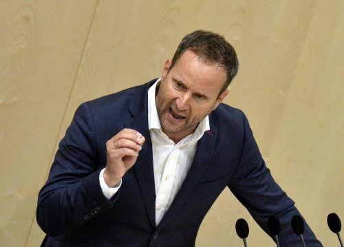 Der frühere Neos-Parteichef Matthias Strolz verabschiedete sich nach fünf Jahren vom Nationalrat. Es gab Standing Ovations fast aller Abgeordneten. APA