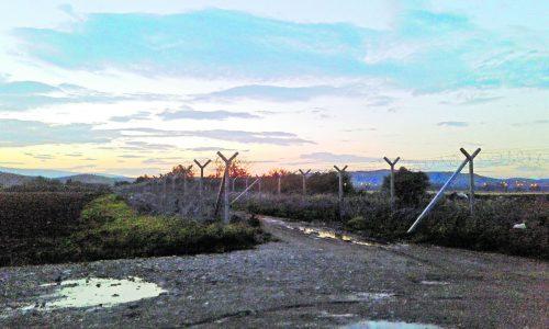 Der Grenzzaun in Gevgelija (Mazedonien) mit Idomeni auf der anderen Seite.