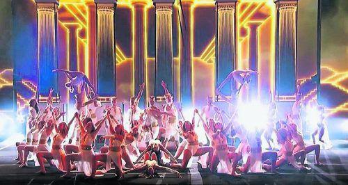 """Der in Weiß und Gold gehaltene Auftritt der Akrobaten Zurcaroh überzeugte die Jury der US-Show """"America's Got Talent"""". YouTube/NBC"""