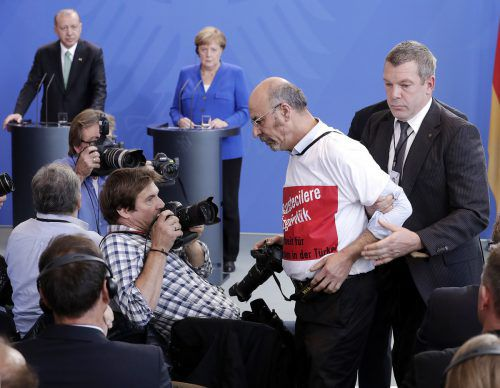 """Der Journalist Ertugrul Yigit sorgte mit seinem T-Shirt mit der Aufschrift """"Gazetecilere Özgürlük - Freiheit für Journalisten in der Türkei"""" für einen Eklat. ap"""