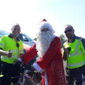 Radelnder Russe auf Autobahn als Weihnachtsmann unterwegs